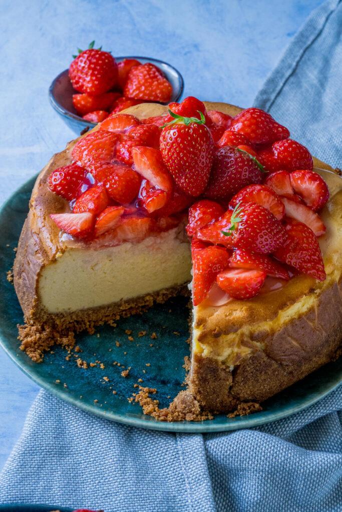 Quark Käsekuchen mit Erdbeeren - extra cremig und fluffig