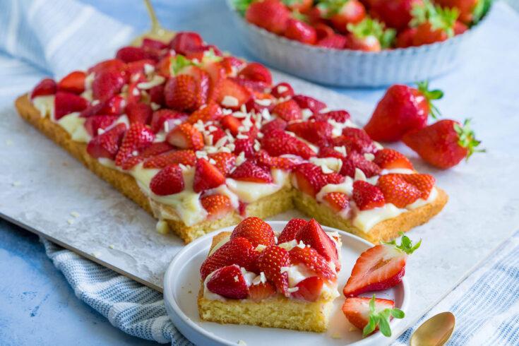 Einfacher Erdbeer Pudding Kuchen vom Blech (auch für den Thermomix)