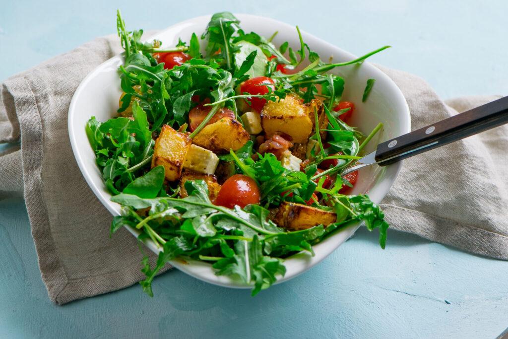 Leckerer Honig Senf Kartoffelsalat mit Rucola & Speck. Besonders lecker schmeckt der warme Kartoffelsalat mit frischem Salat und knusprigen Kartoffelecken,