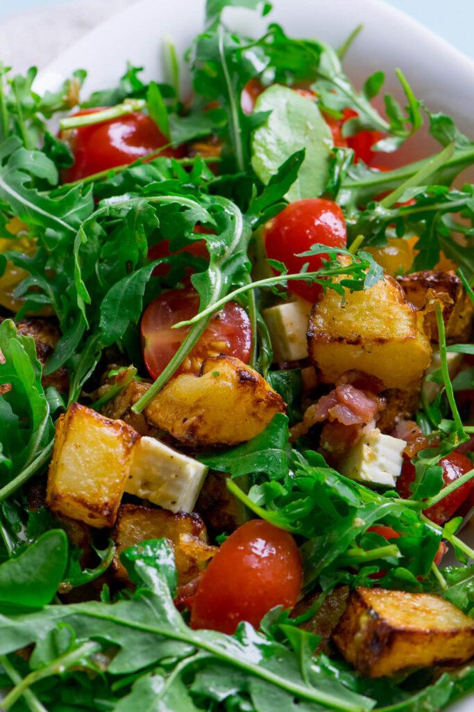 Warmer Kartoffelsalat mit Rucola und Speck - Natürlich kannst du auch Pommes dafür verwenden