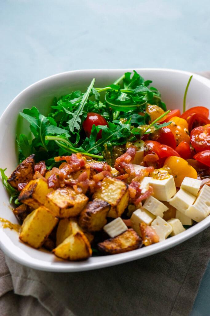 Kartoffelsalat mit knusprigen Kartoffelecken