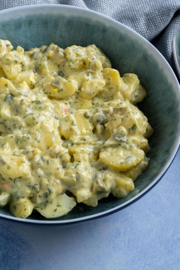 kartoffelsalat mit Mayonnaise und Gurke