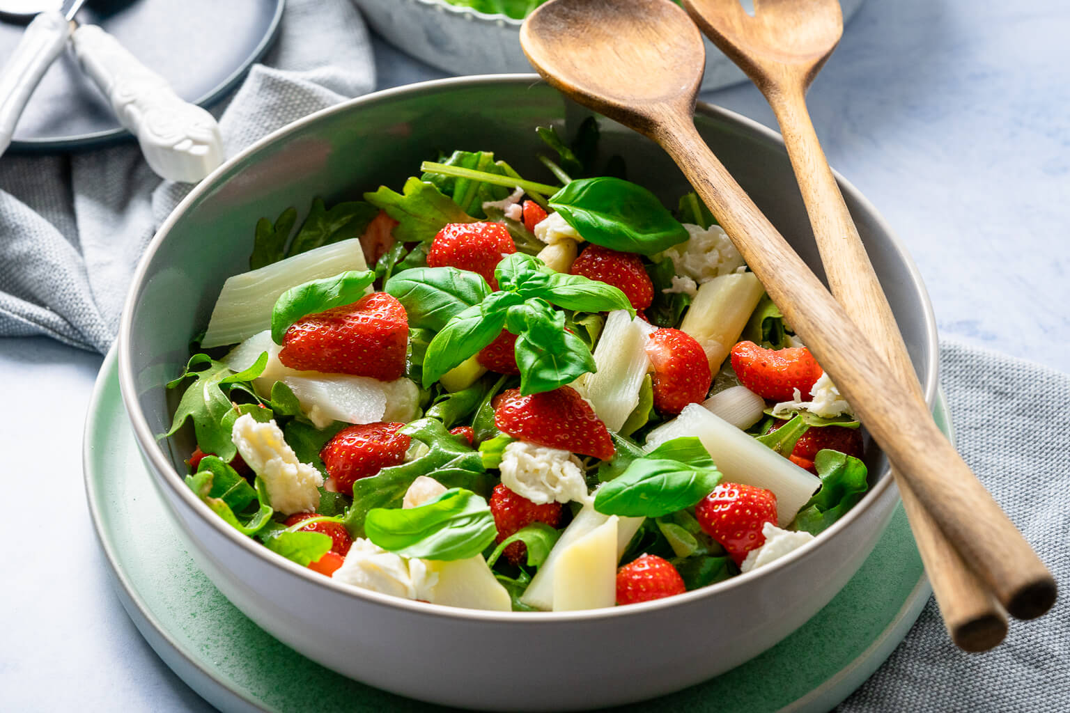 Mega leckerer 15 Minuten Spargelsalat mit Erdbeeren