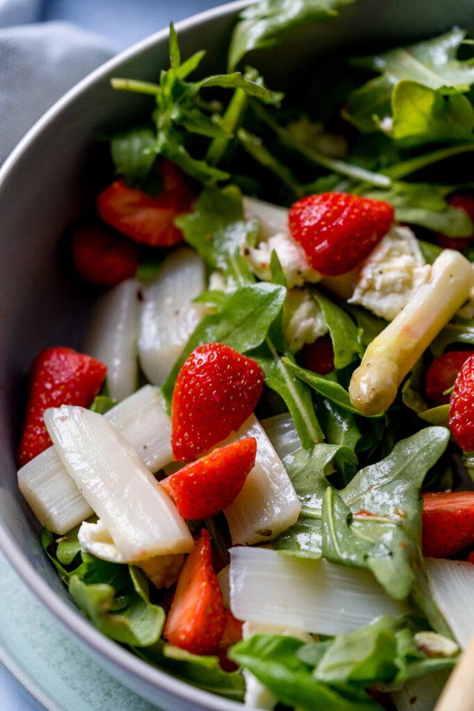 Genuss pur! Spargelsalat mit Erdbeeren
