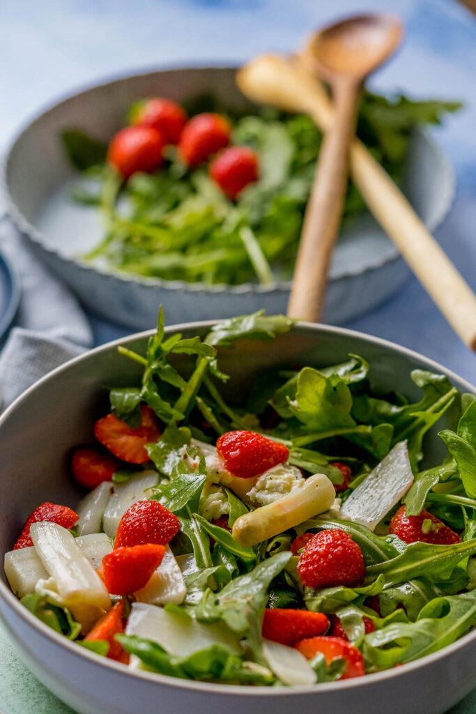 Probiere diesen Sommersalat mit Erdbeeren und weißem Spargel unbedingt aus