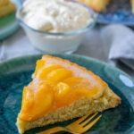 Biskuitboden backen und mit Pfirsichen belegen