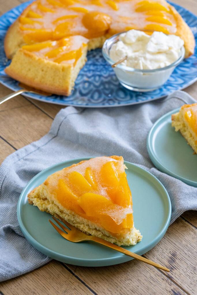 Ein perfekter Kuchen für spontanen Besuch - luftiger Biskuitboden mit Pfirsichen aus der Dose - geht super fix und schmeckt köstlich.