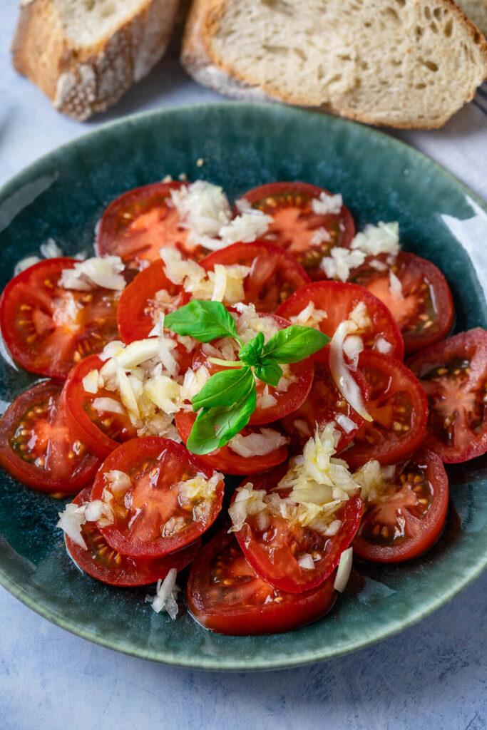 Sommerlicher Tomatensalat mit Zwiebeln