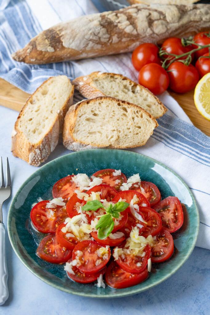Dressing für Tomatensalat - dazu schmeckt Brot besonders gut