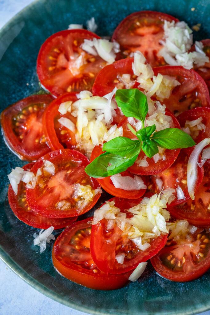 Tomatensalat Rezept mit Zwiebeln & Zitronendressing