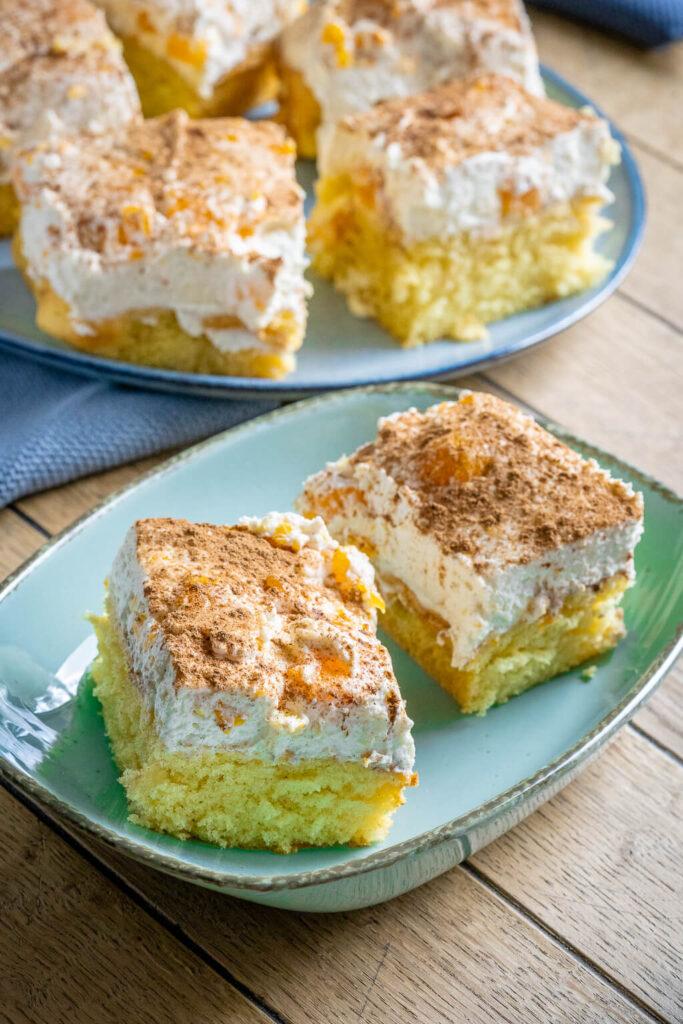 Lecker, einfach und mega lecker. Der Rührkuchen wird super fluffig und schmeckt absolut perfekt mit der Creme aus Schmand und Sahne.