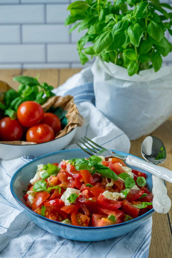 Tomatensalat Rezept - super einfach mit Mozzarella und Balsamico Dressing