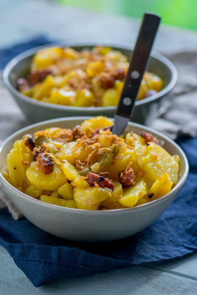 Warmer Kartoffelsalat mit Röstzwiebeln und Chorizo