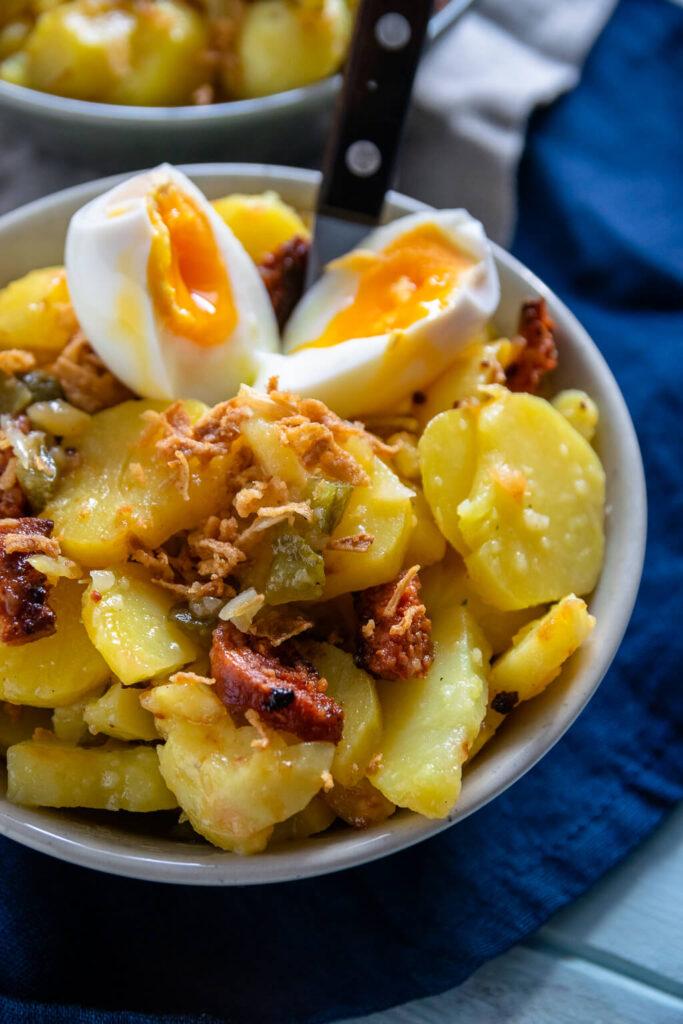 Einfacher Kartoffelsalat mit Essig Öl Dressing, Chorizo und Röstzwiebeln
