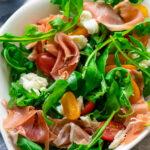 Sommersalat für heiße Tage - Rucola mit Mozzarella & Serrano Schinken