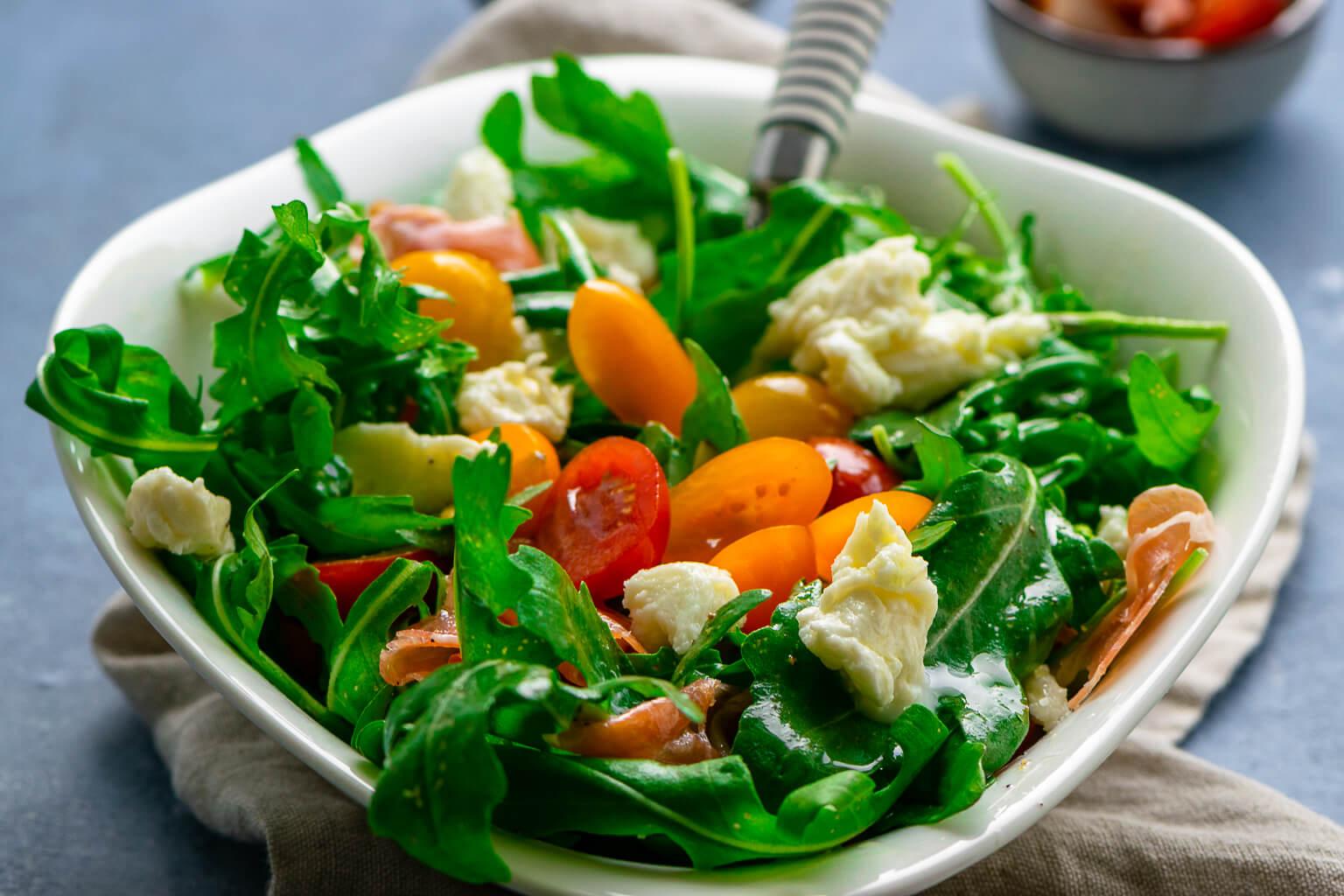 Der perfekte Salat für heiße Sommertage – Rucola mit Tomate, Mozzarella & Serrano Schinken