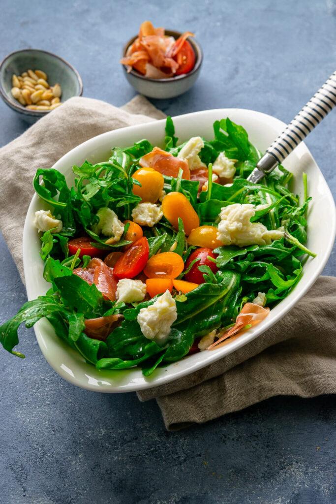 Perfekter Salat für heiße Sommertage - Rucola Salat mit Tomate, Mozzarella und Serrano Schinken
