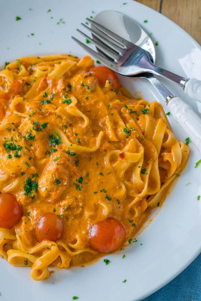 Super lecker und in nur 20 Minuten auf dem Tisch - cremige Pasta mit Lachs und Tomatensauce