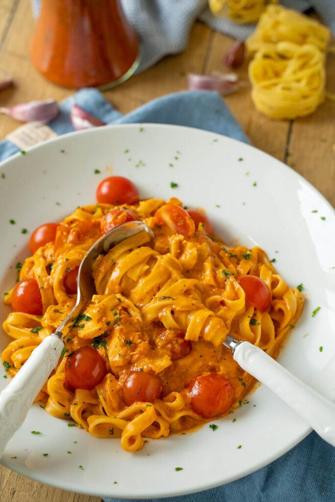 Lachs Pasta mit Tomaten-Sahne Soße