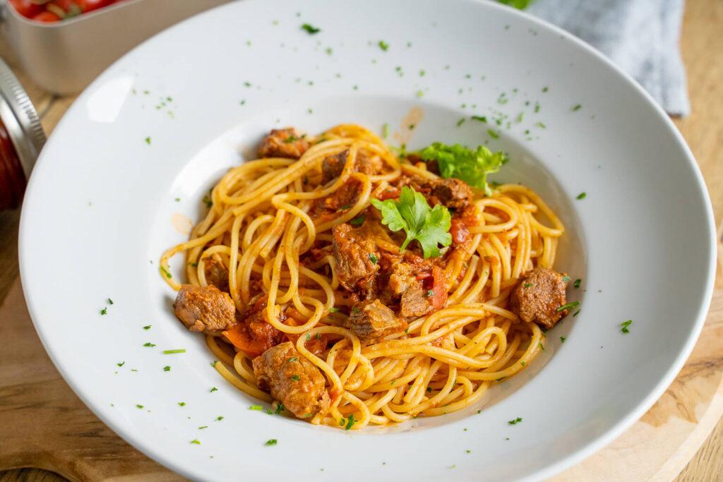 Pasta mit Tomatensugo und Rindfleisch