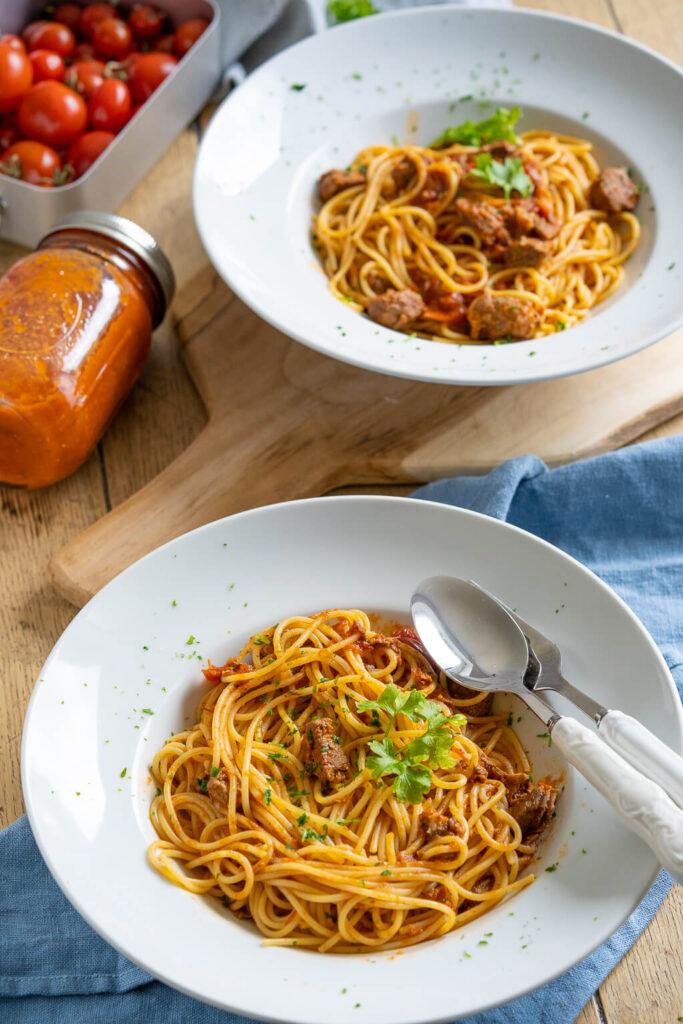 Super leckere Pasta mit Tomatensauce und Rindfleisch - ohne unnötige Gewürze.