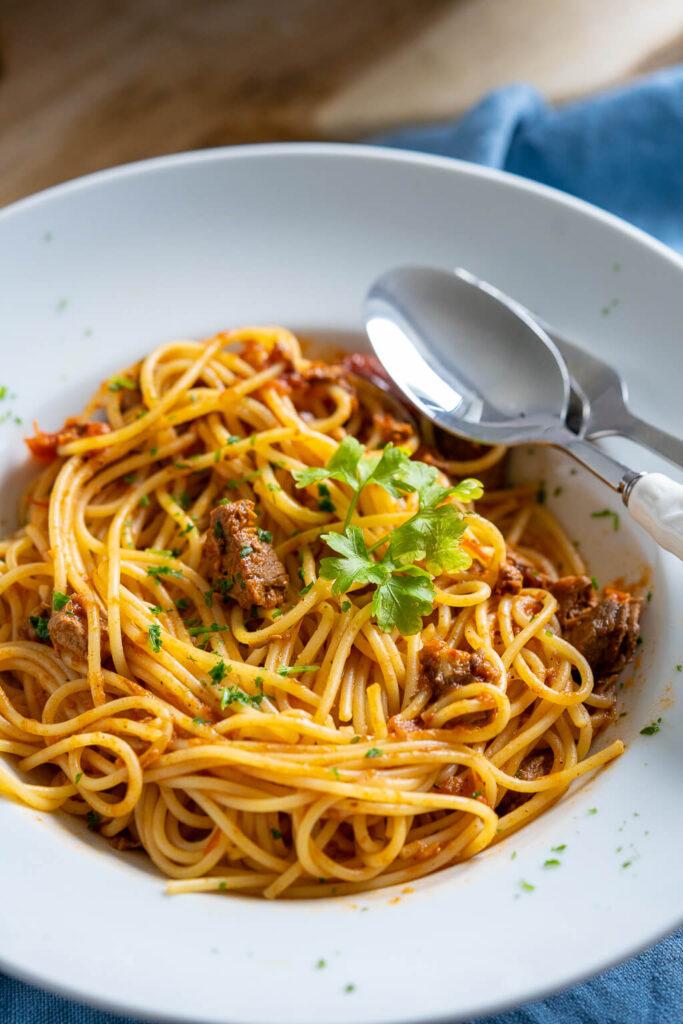 Es gibt eine Pasta mit Tomatensugo und Rindfleisch. Und weisst du was das geniale an dieser Pasta ist? Sie ist kinderleicht zubereitet und schmeckt absolut fantastisch.