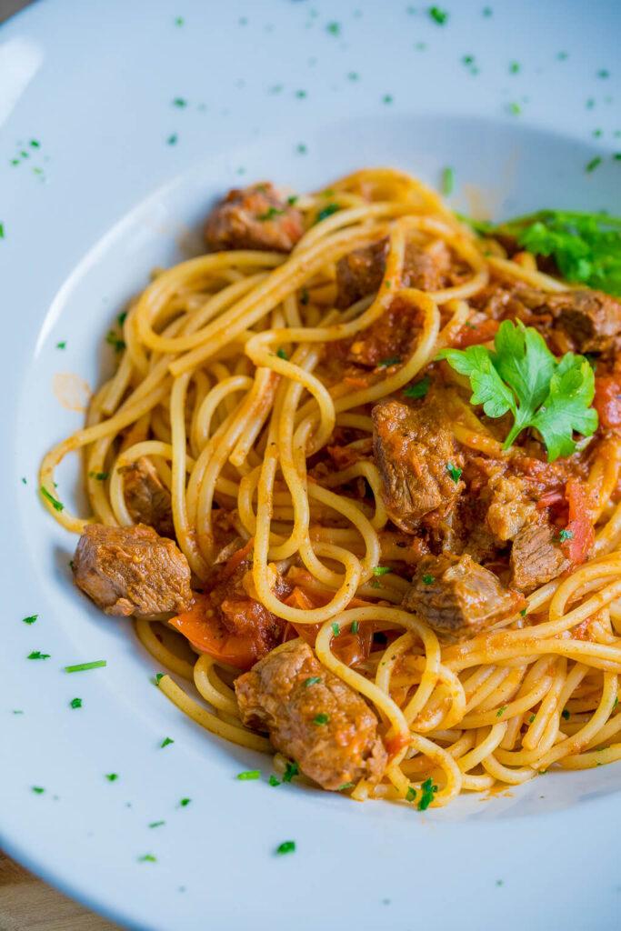 Besonders lecker mit selbstgemachter Tomatensauce - zartes Rindfleisch und köstliche Tomatenpasta