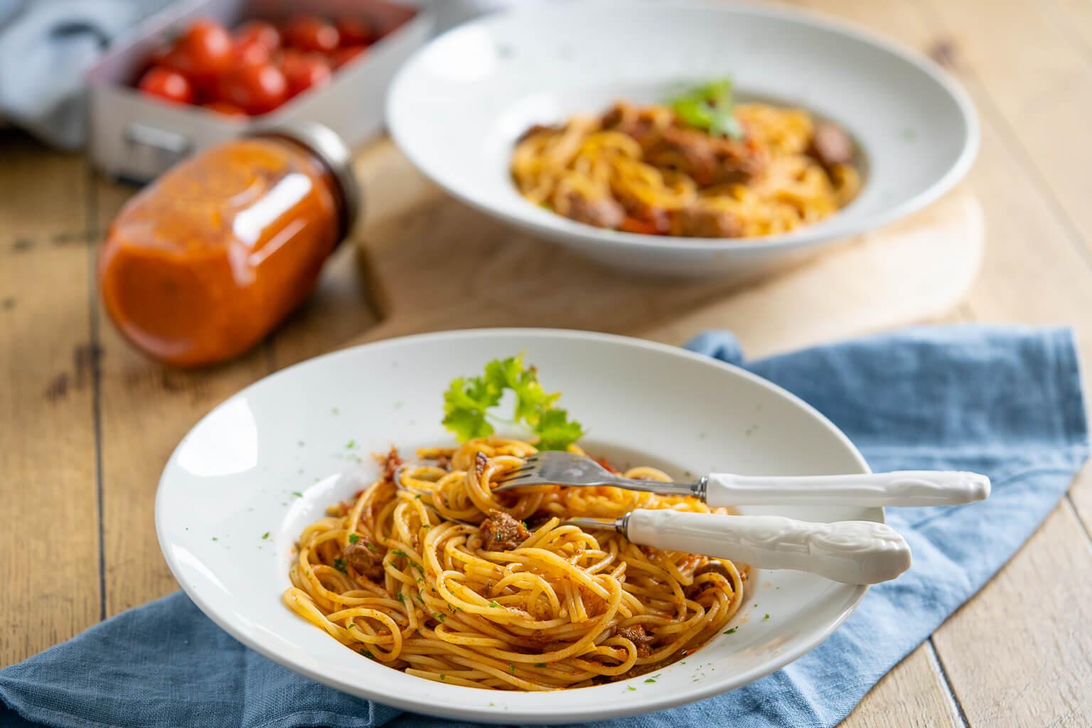 Super leckere Pasta mit Tomatensauce und Rindfleisch - ohne unnötige Gewürze. Besonders einfach und lecker aus dem Slowcooker.