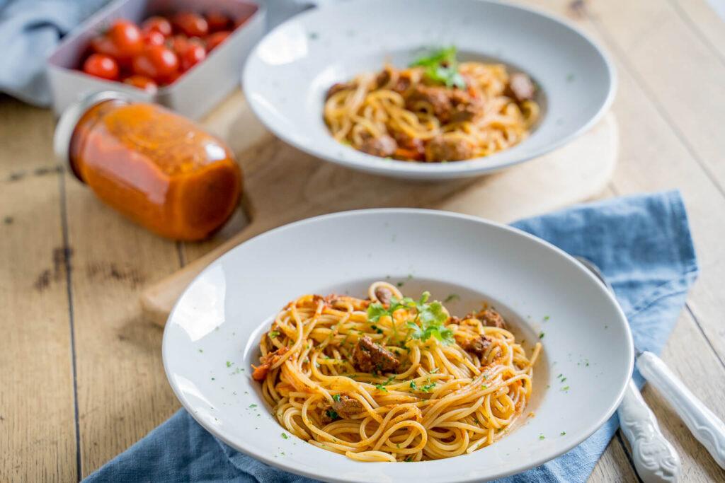 Pasta mit aromatischer Tomatensauce und Rindfleisch