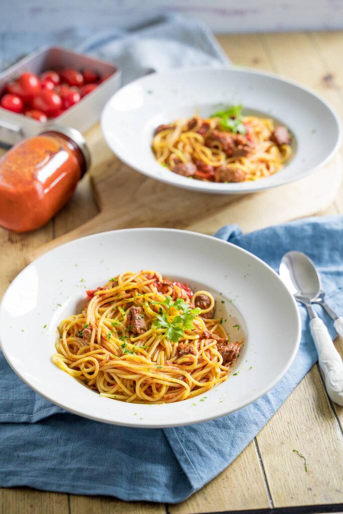 Leckere Pasta selber machen - Tomatensauce mit Rindfleisch und Kräutern