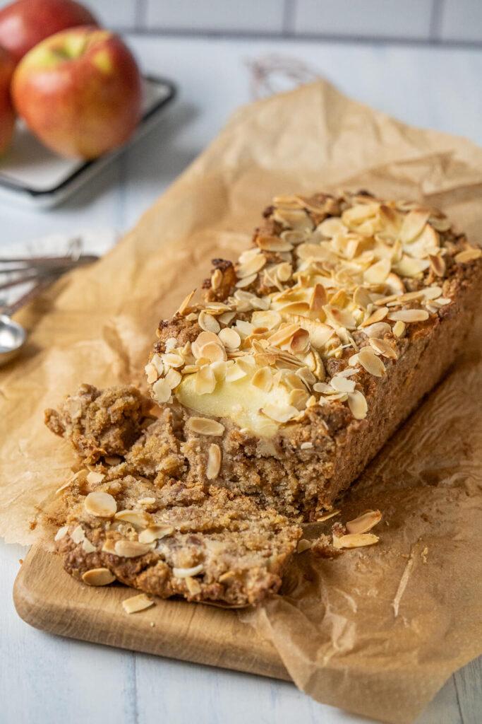 Das Apfelbrot aus der Kastenform ist kinderleicht zubereitet und schmeckt passend zum Herbst wunderbar nach Zimt und Vanille.