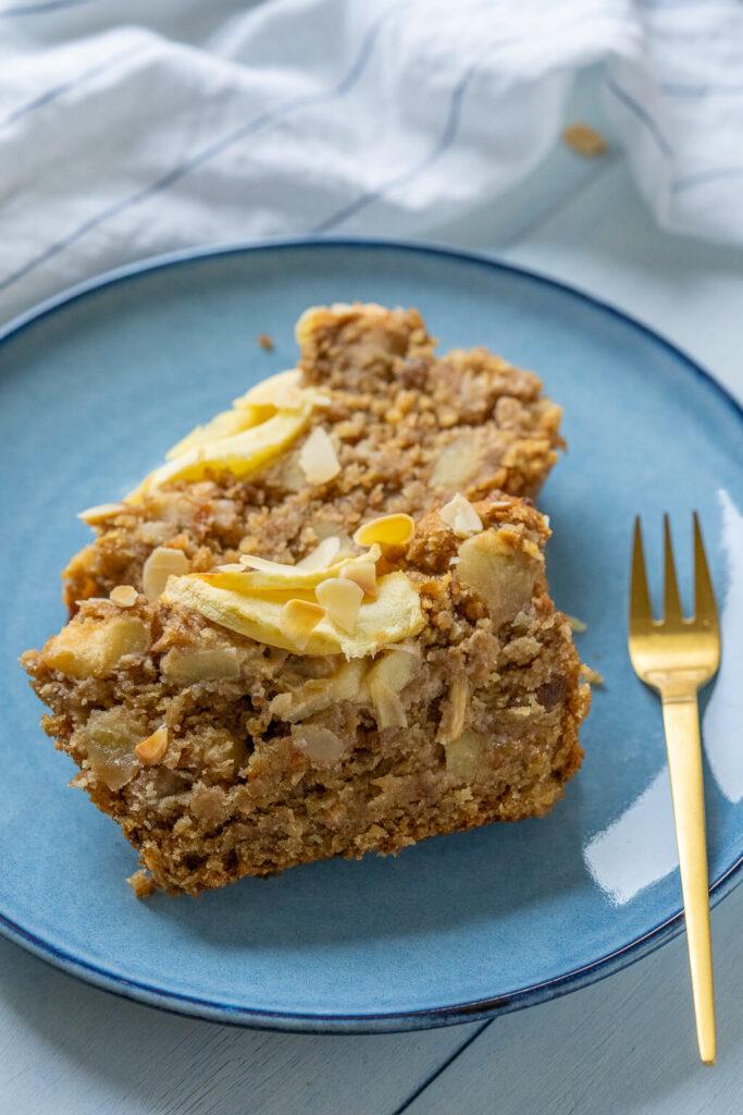 Apfelkuchen backen mit Äpfeln aus frischer Ernte. Backe dieses vegane Apfelbrot mit wenigen Zutaten. Wunderbar saftig mit Haferflocken, Zimt & Vanille.