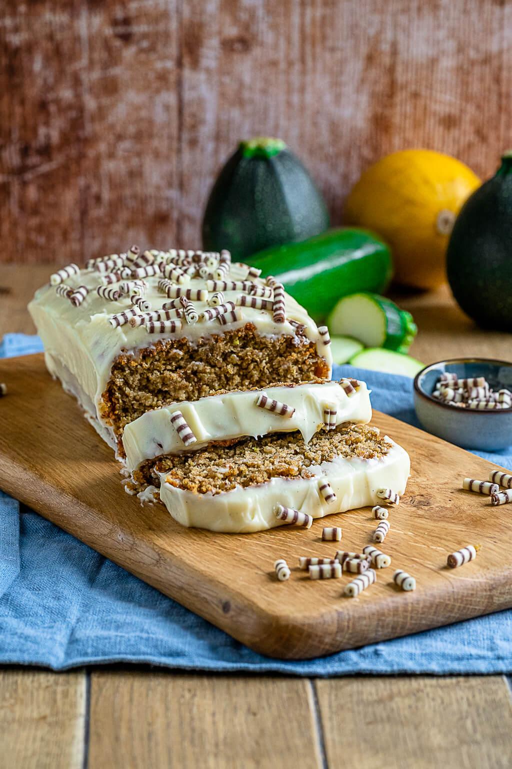 Saftiger Zucchini Kuchen mit Nüssen und Frischkäse Frosting