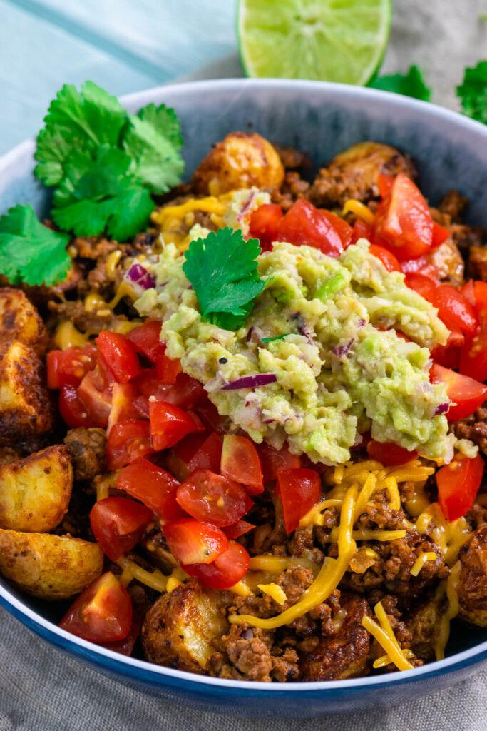 Röstkartoffel Bowl mit Hackfleisch, frischen Tomatenwürfeln und Guacamole