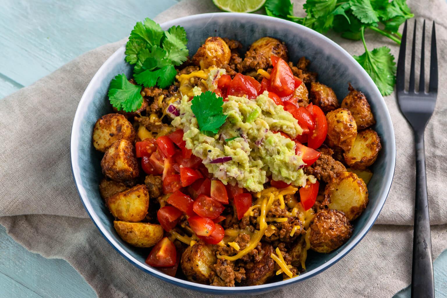 Überbackene Röstkartoffeln mit Hackfleisch und Guacamole