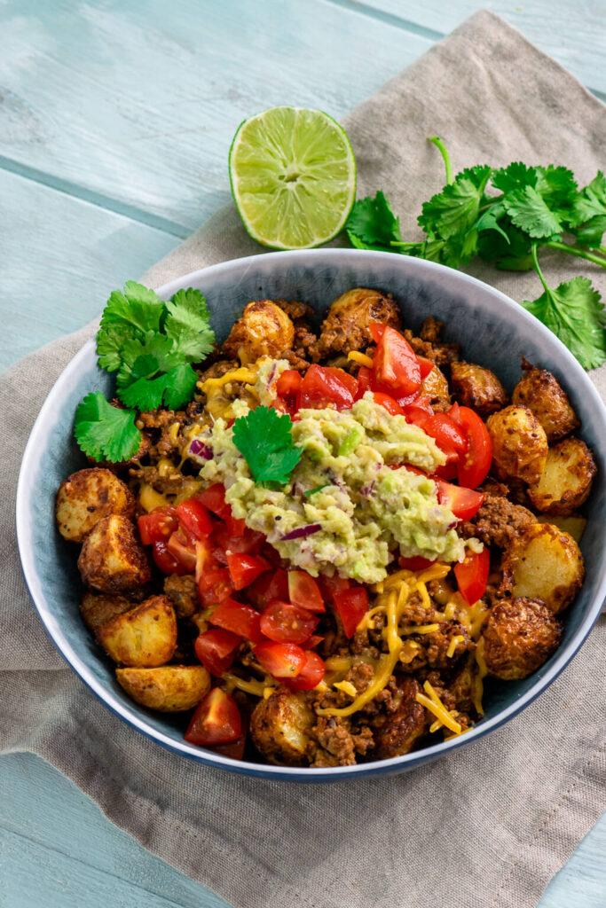 Überbackene Kartoffeln mit Hackfleisch, Tomate und Guacamole – die perfekte herzhafte Bowl
