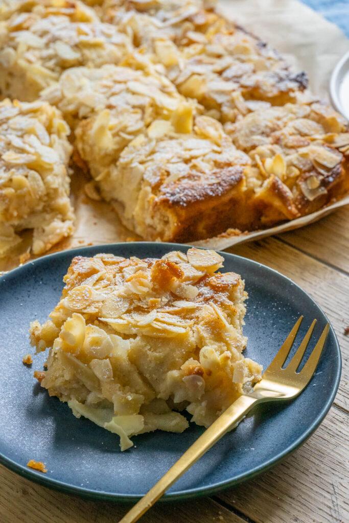 Saftiger Bratapfelkuchen vom Blech mit viel Marzipan