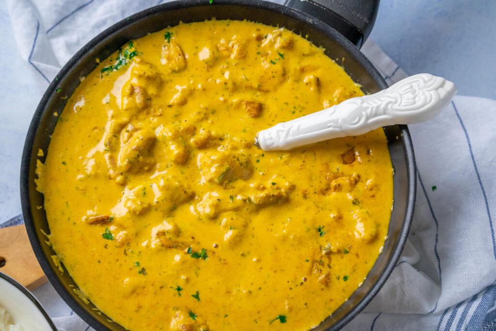 Cremige Currysauce mit Hähnchenbrust