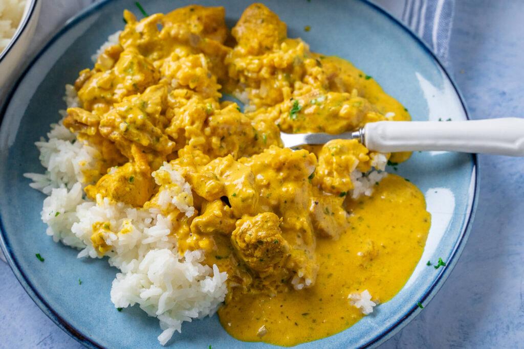 Reis, Currysauce und zartes Fleisch