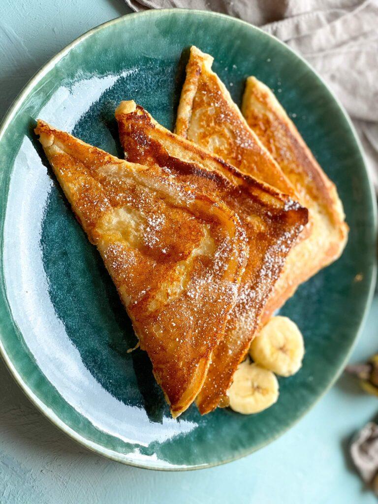 French Toast zum Frühstück am Wochenende - mit Obst, Puderzucker oder Ahornsirup Genuss pur
