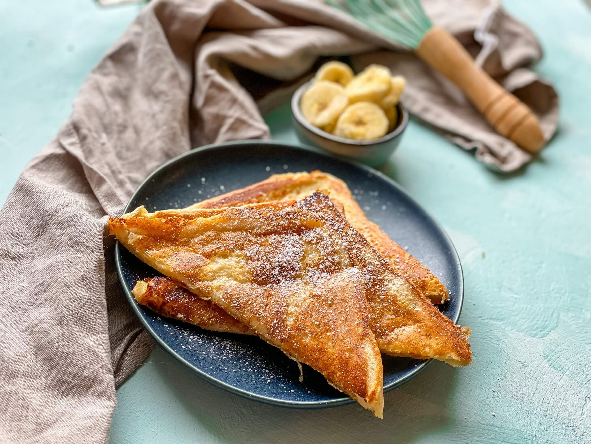 Leckeres French Toast zum Frühstück mit Puderzucker - einfaches Rezept
