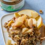 Kuchen zum Frühstück mit gutem Gewissen? Aber sowas von - mit köstlichem Apfel-Zimt Baked Oatmeal. Genieße es warm mit frischen Äpfeln, Zimt und Nüssen.