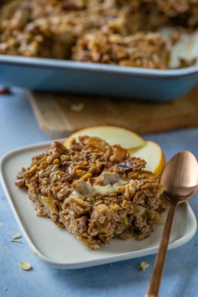 Warmes Baked Oatmeal mit frischen Äpfeln, Zimt und Nüssen.