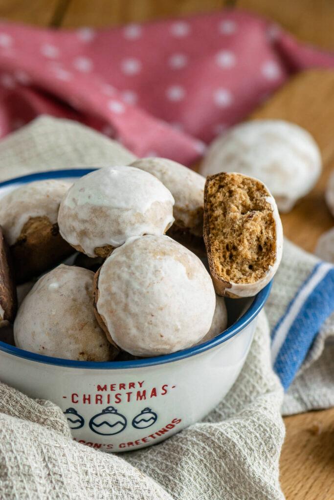 Pfeffernüsse mit Zuckerguss und Schokolade