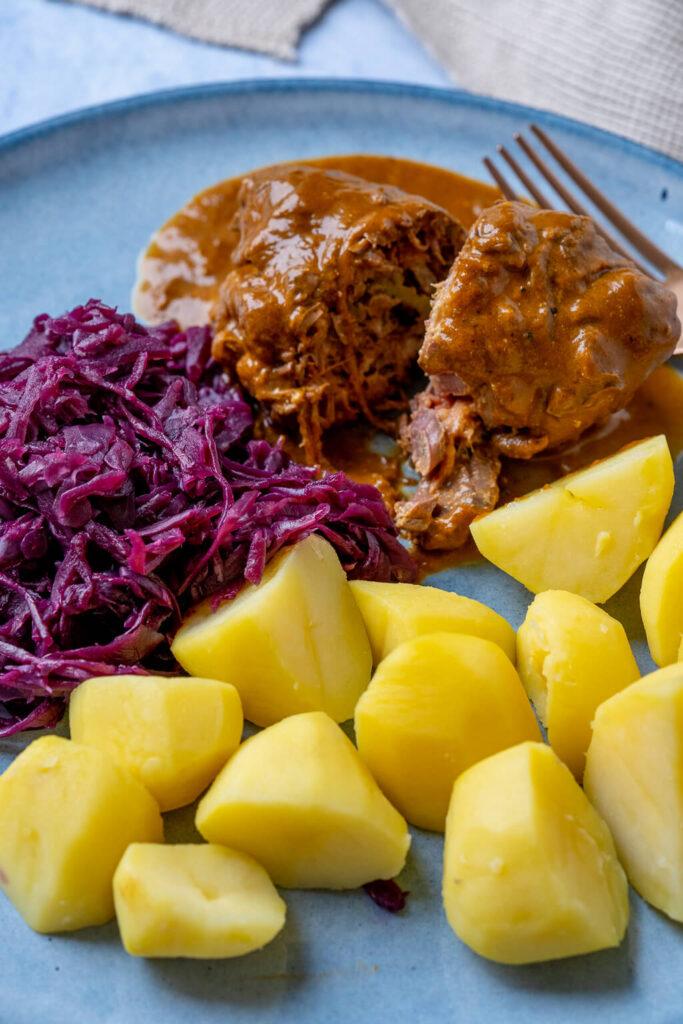 Rinderrouladen mit Kartoffeln und Rotkohl