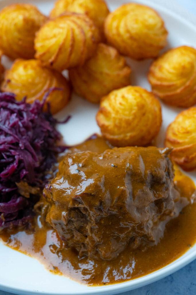 Super leckere Rouladen mit einer einfachen Zubereitung und köstlicher Sauce - kinderleicht zuzubereiten und ein wunderbares Wintergericht.