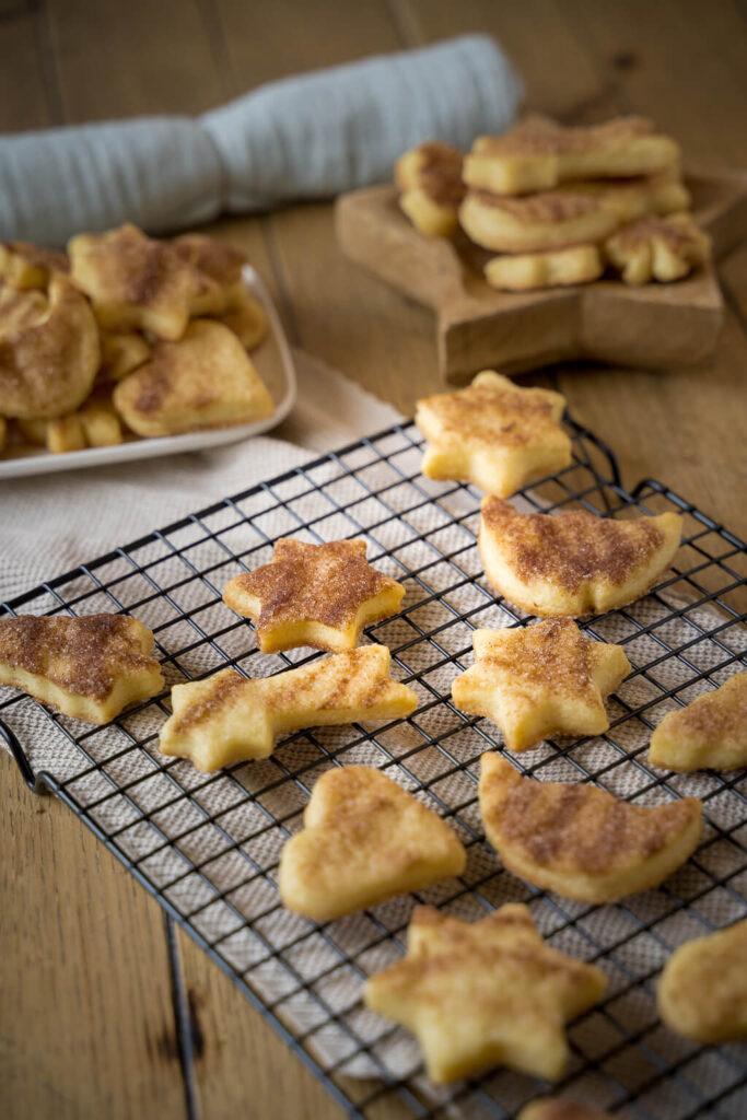 Köstliche Rahmplätzchen mit Zimt und Zucker - besonders lecker frisch aus dem Ofen. Kinderleichtes Rezept - die Kekse durften bereits beim Backen wundervoll