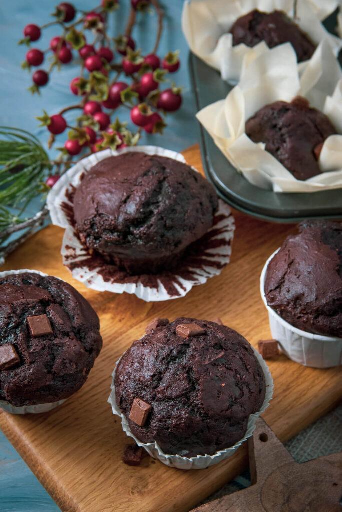 Super leckere Double Chocolate Muffins mit Buttermilch, Zimt und Lebkuchengewürz - köstlich ganz besonders in der Weihnachtszeit. Saftig und schokoladig!