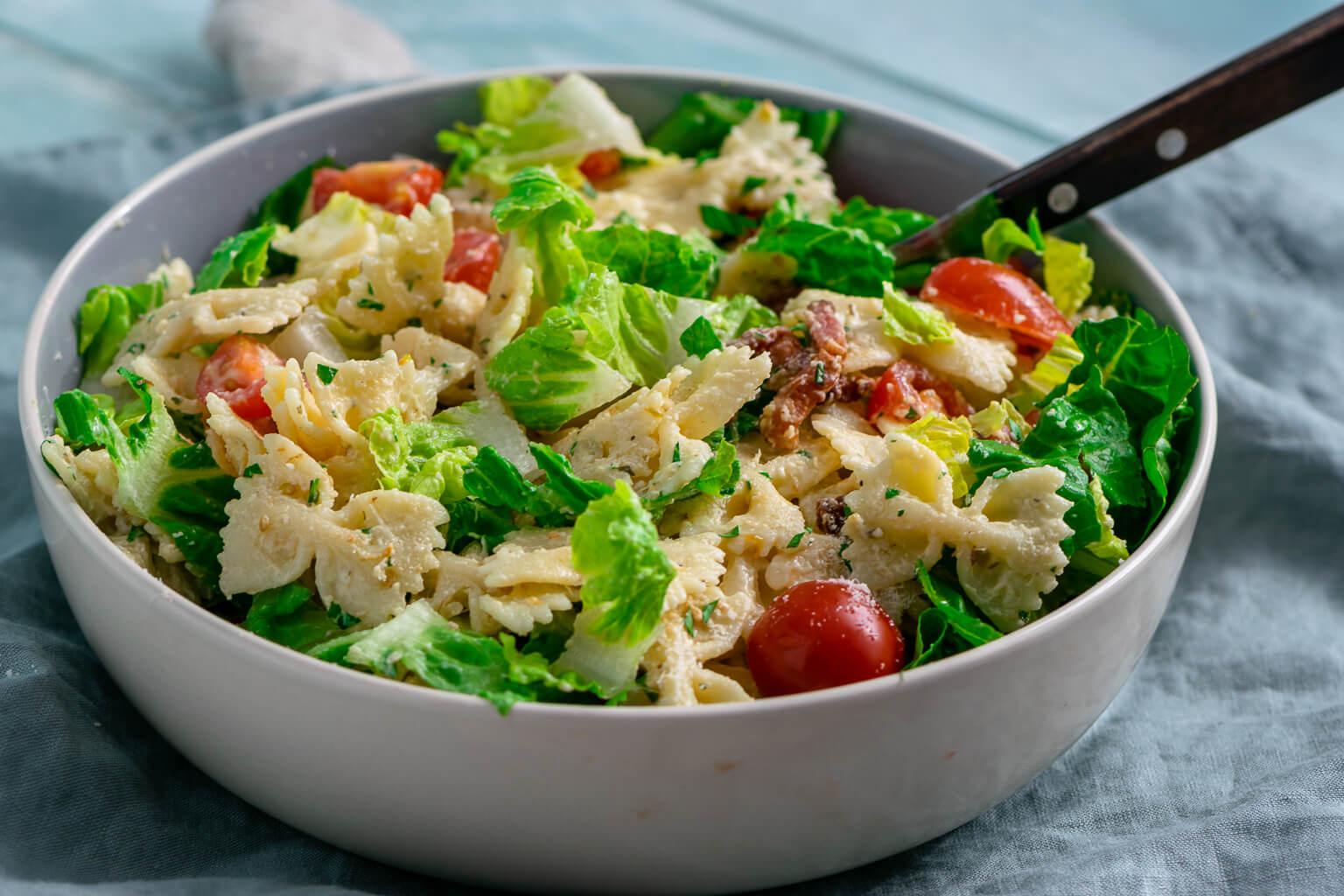 Genialer Nudelsalat – Caesar Nudelsalat mit Bacon und Parmesan
