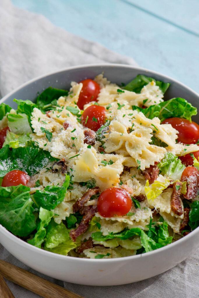 Nudelsalat mit Parmesan und knackigem Salat